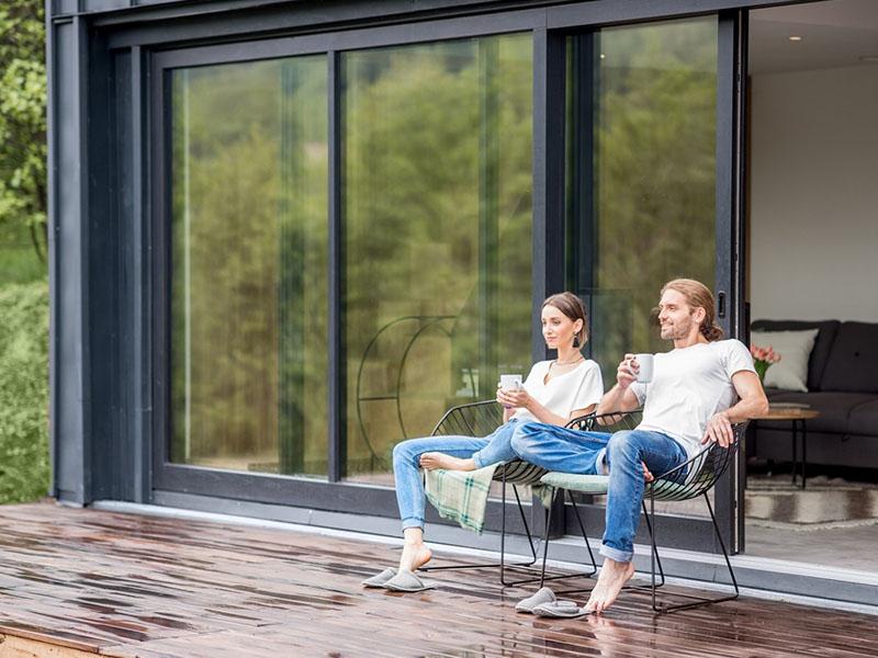 Photo d'illustration : deux personnes sur une terrasse