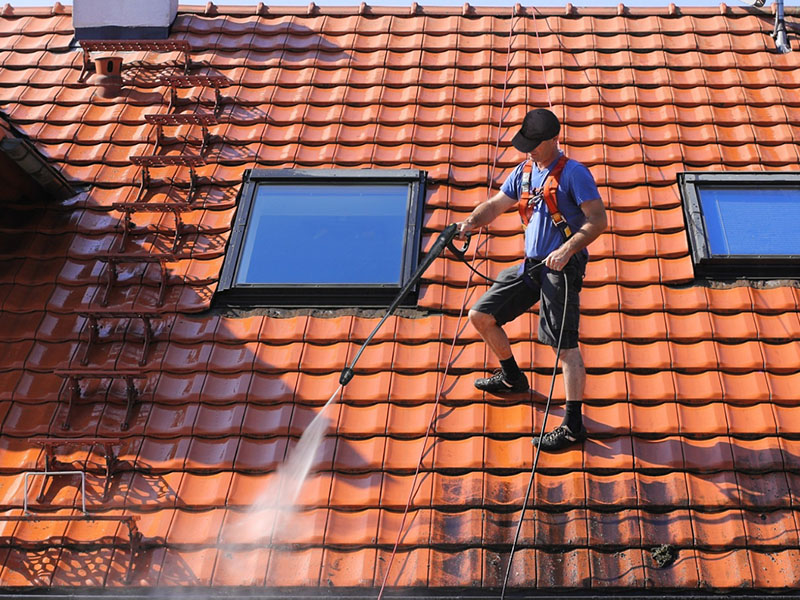 Photo d'illustration : un couvreur entretient une toiture
